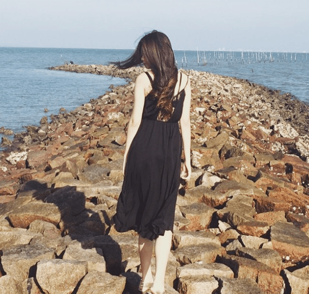 Các bạn trẻ thích chụp ảnh tại bãi đá trải dài ra biển