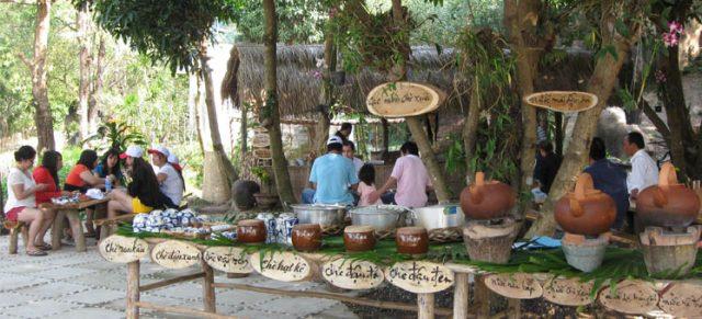 Thưởng thức ẩm thức các vùng miền tại vịnh Nha Phu Suối Hoa Lan (Ảnh ST)