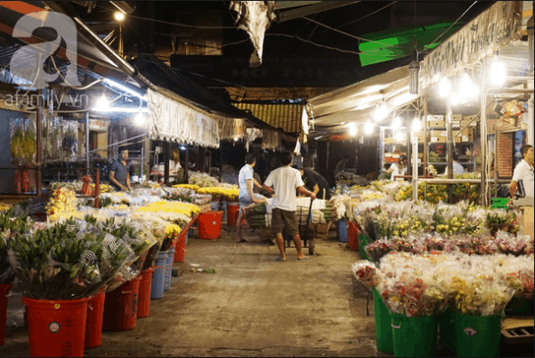 Các sạp hoa nhập hàng và buôn bán vào buổi đêm