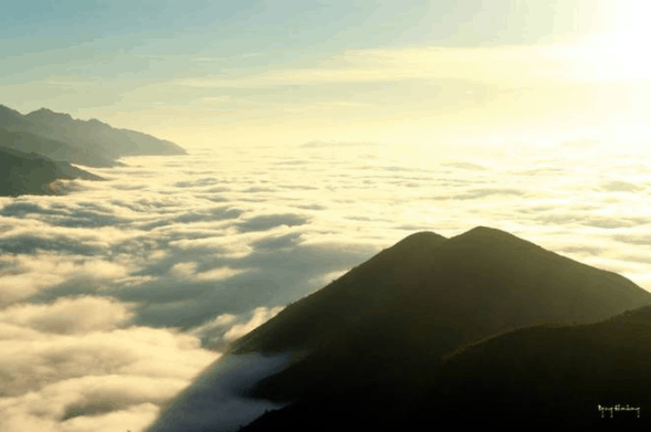 Leo lên đỉnh núi săn mây rất thú vị