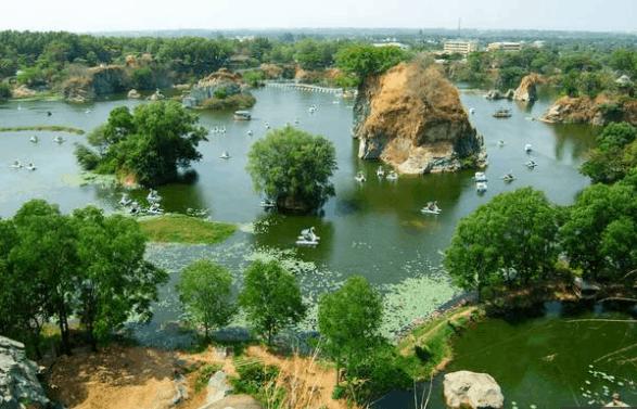 Hồ nước nhân tạo là điểm nhấn cho khu du lịch Bửu Long