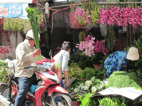 Người dân Sài Gòn háo hức đi lựa hoa bày Tết