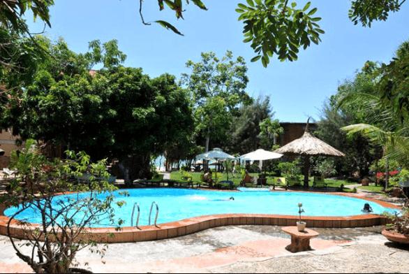 Bể bơi của resort dành cho du khách thư giãn