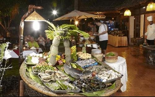 Buffet tối tại nhà hàng của resort