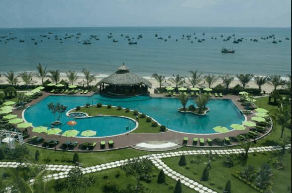 Bể bơi resort nằm kề bên biển