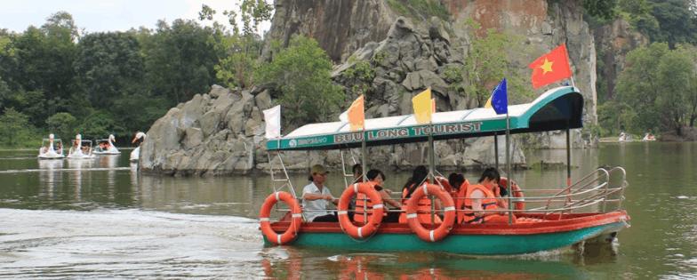 Đi cano ngoạn cảnh khu du lịch Bửu Long
