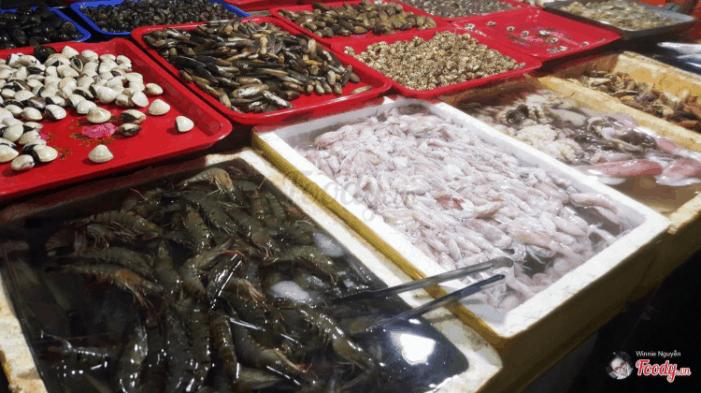 Hải sản tươi sống ở chợ du khách có thể thoải mái lựa chọn