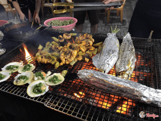 Du khách có thể lựa chọn hải sản và nhờ người bán chế biến ăn liền