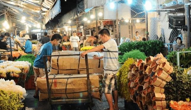 Đêm xuống là lúc chợ hoa Hồ Thị Kỷ hoạt động náo nhiệt nhất