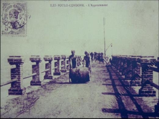 Cầu Tàu đối diện dinh chúa đảo