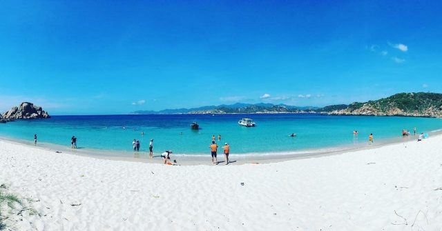 Đến với bãi tắm Sa Huỳnh, bạn sẽ được hòa mình vào làn nước trong xanh, mát rượi (Ảnh: @do_or_die88)