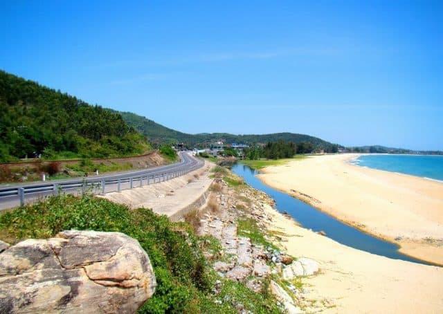 Bãi tắm Sa Huỳnh nằm dọc Quốc lộ 1A (Ảnh: Sưu tầm)