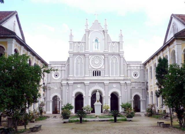 Nhà thờ Lòng Sông sau 1 lần trùng tu( Ảnh sưu tầm)