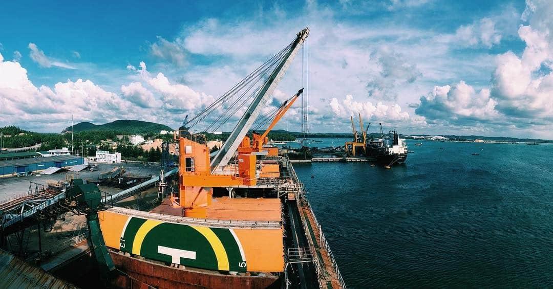 Khung cảnh khai thác dầu ở cảng Dung Quất (Ảnh: ST)