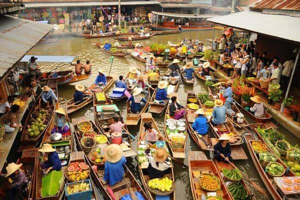 Khu chợ nổi nhộn nhịp đông vui