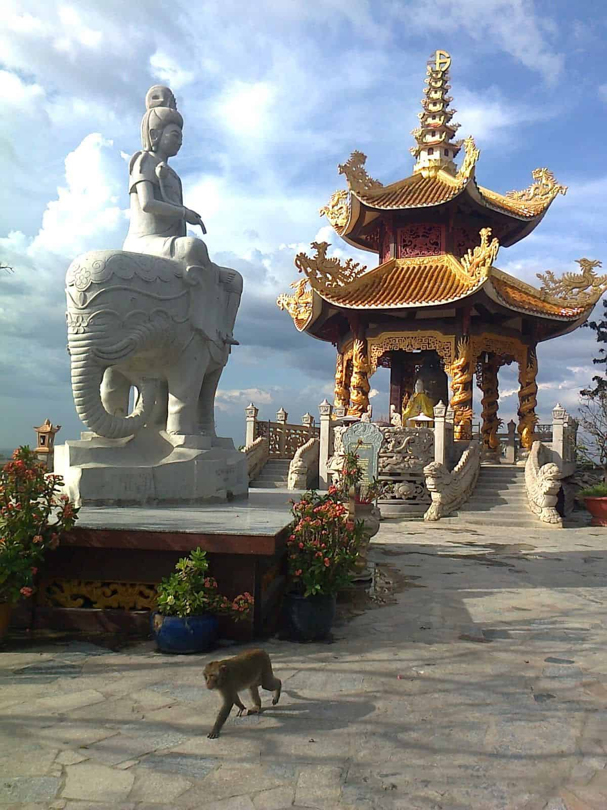 Chùa Châu Thới có nhiều công trình đẹp