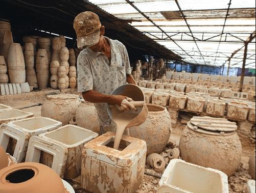Công đoạn làm gốm truyền thống tại Bình Dương