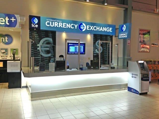 Các quầy đổi tiền ngay ở sân bay (ẢNH ST)
