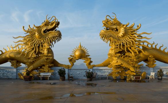 Đôi rồng vàng trước cửa chùa
