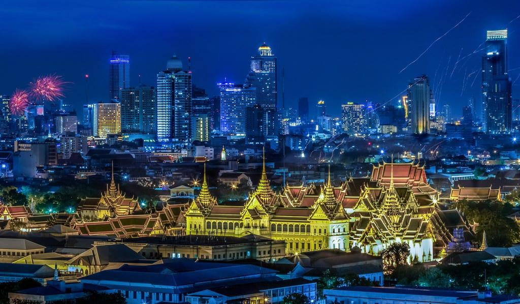 Cung điện Hoàng gia vẫn sáng lung linh ngay cả khi trời tối