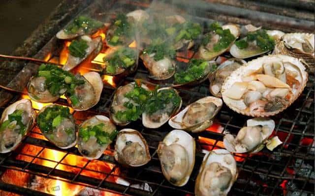 Thưởng thức hải sản tươi ngon ngay trên bè (Ảnh ST)