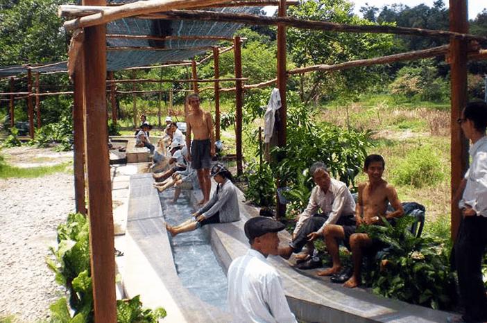 Hình ảnh du khách đang ngồi ngâm chân tại Bàu nước sôi