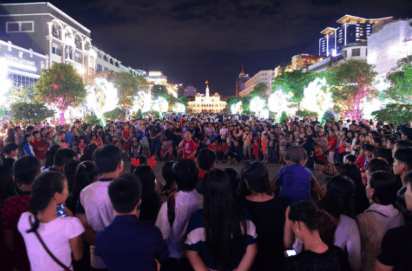The image of Nguyen Hue pedestrian street filled with people on Christmas Day