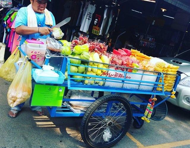 Các xe bán trái cây ở khắp các đường phố (ẢNH ST)
