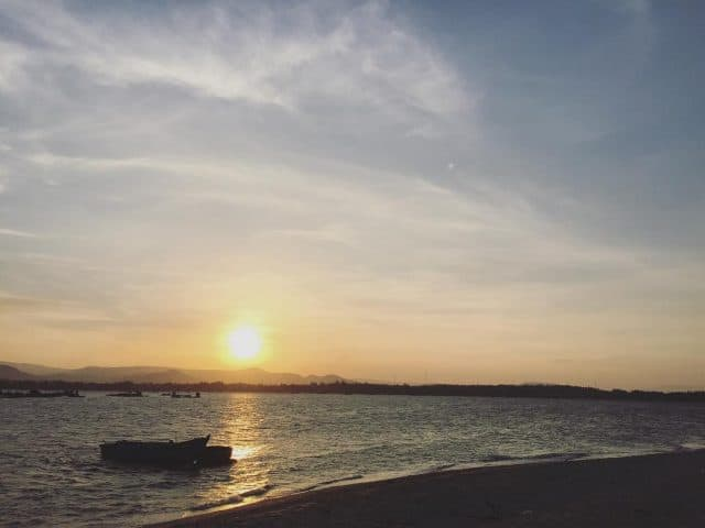 Cùng bạn bè dựng lều bên bờ biển để được chiêm ngưỡng khung cảnh bình minh tuyệt đẹp này sẽ là một trải nghiệm cực kì thú vị (Ảnh: @henrie_bui)