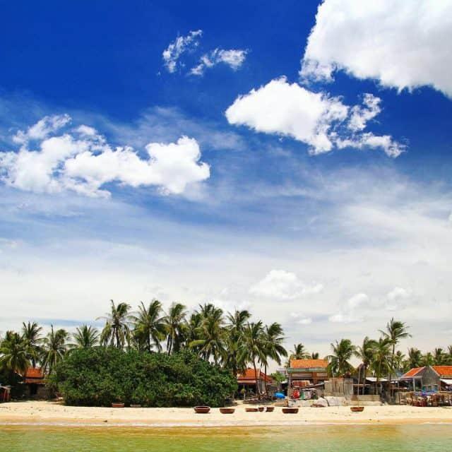 Khung cảnh làng chài yên bình trên đảo Hòn Chùa (Ảnh: @huuanhnguyen)