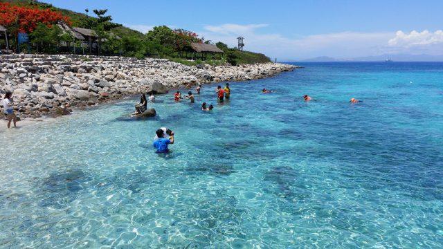 Bãi biển ở hòn Mun (Ảnh ST)