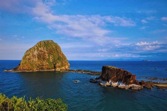 Hòn lớn với những vách núi đá dựng đứng, chóp nón khổng lồ có tên là Hòn Yến, hòn nhỏ là Hòn Sụn (Ảnh sưu tầm)