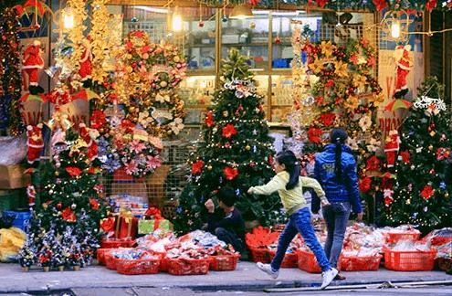 Mọi người háo hức đi mua sắm đồ trang trí trong ngày Noel