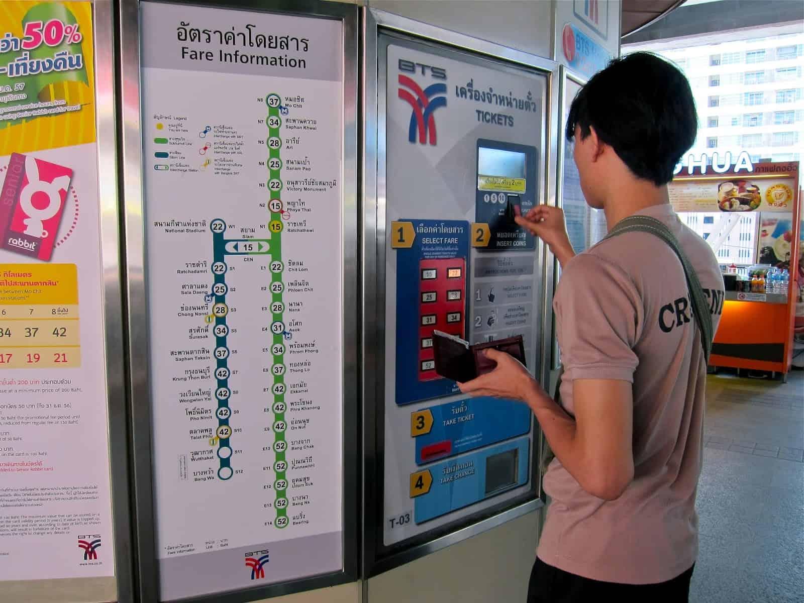 Sử dụng tiền xu để mua vé tàu ở các trạm BTS