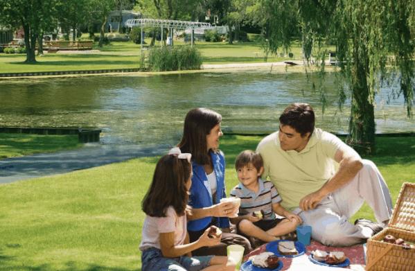 Nhiều hộ gia đình chọn hồ Bình An làm địa điểm picnic