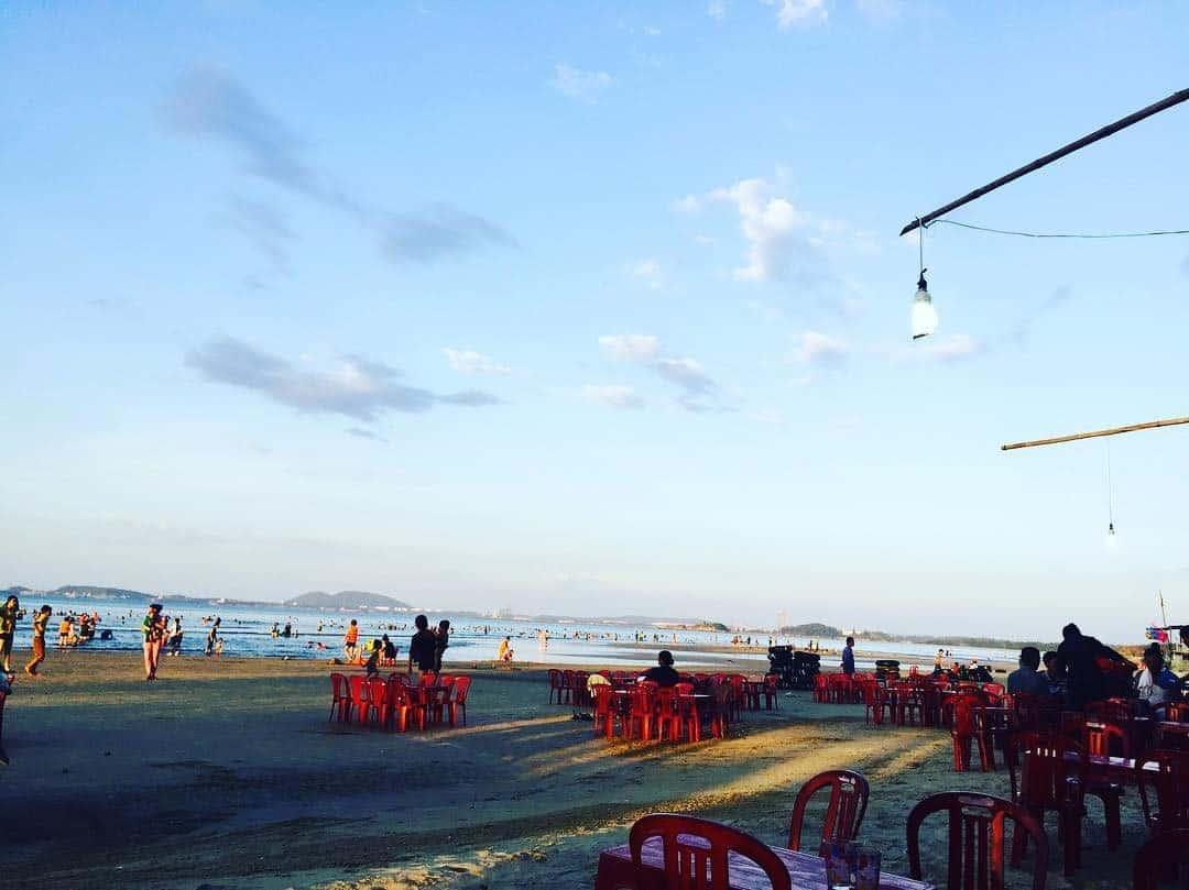 Những hàng quán bình dị ở biển Khe Hai (Ảnh: ST)