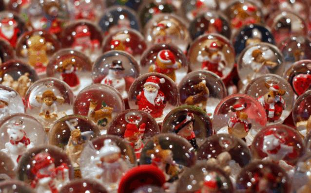 Rất nhiều món quà lưu niệm Noel được bày bán tại Chip Chip Shop