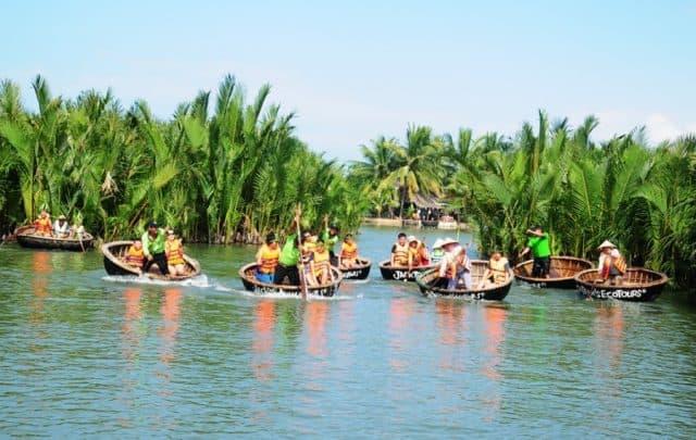 Đi thuyền thúng trong rừng dừa bảy mẫu (Ảnh ST)