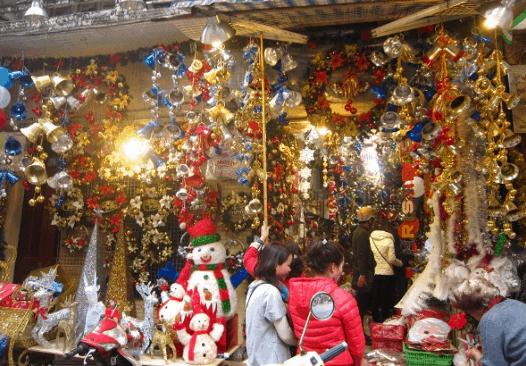 Sắc màu Noel tràn ngập đường phố Sài Gòn