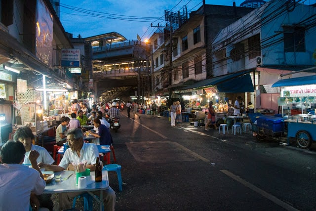 Khu phố ẩm thực Sukhumvit Soi 38 nổi tiếng (ẢNH ST)