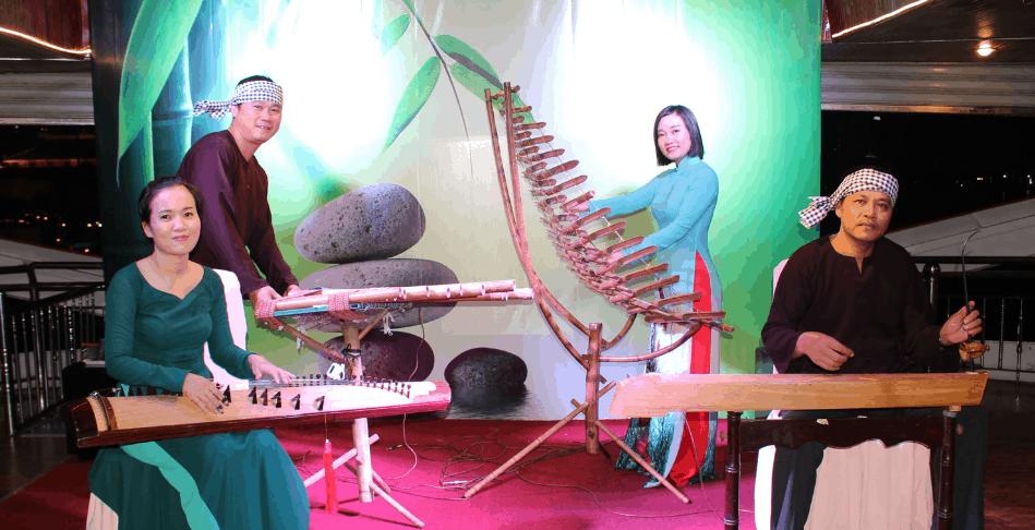 Tận hưởng ca nhạc truyền thống trên tàu Bến Nghé