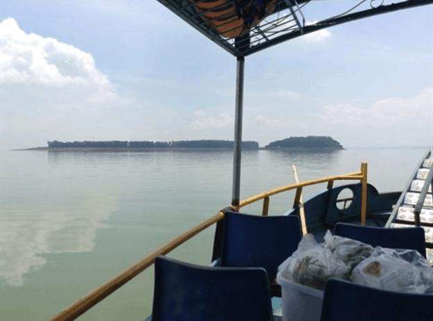 Tàu trở du khách ra tới đảo Ó - Đồng Nai