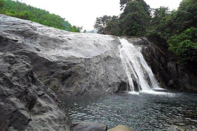 Đường lên thác khá xấu vào mùa mưa (Ảnh ST)