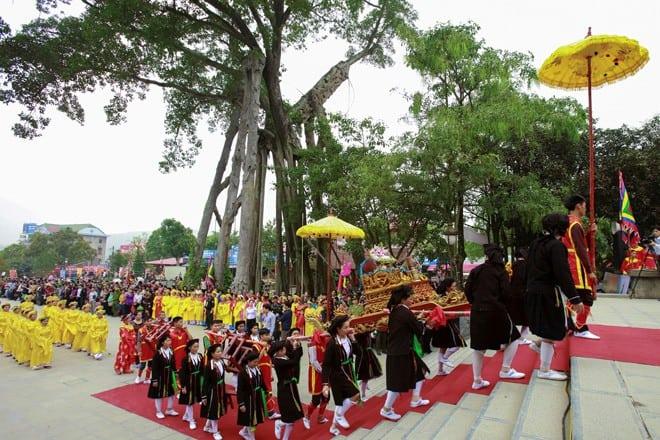Lễ hội Tây Thiên diễn ra hằng năm vào ngày 15/2 âm lịch thu hút hàng vạn người dân về dâng hương Quốc mẫu