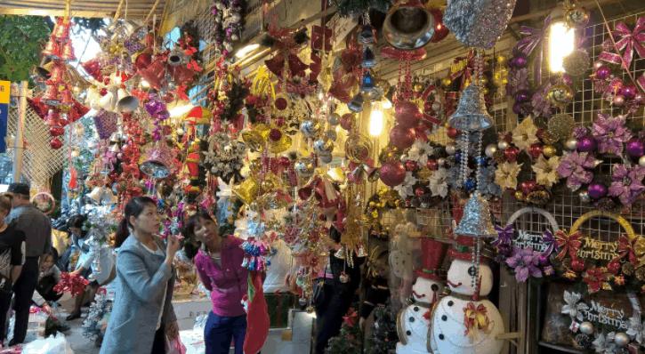 Trong cửa hàng có rất nhiều đồ trang trí đẹp cho bạn lựa chọn
