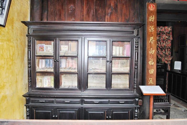 Tủ sách cổ được con cháu đời sau lưu giữ chu đáo