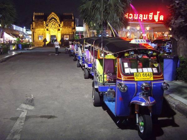 Xe tuk tuk là một nét độc đáo quen thuộc ở đường phố Thái Lan