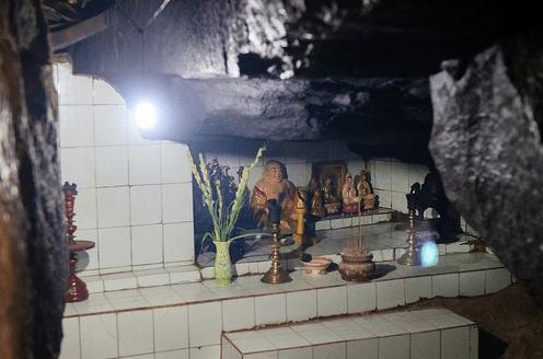 Gian thờ trong hốc đá chùa Gia Lào