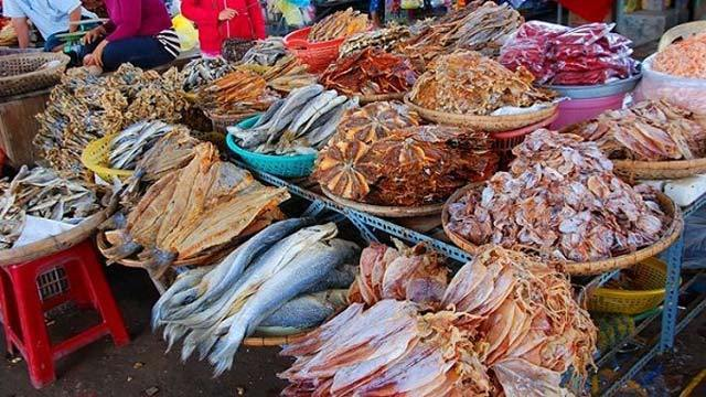 Rất nhiều đồ hải sản khô được bán ở đây (Ảnh ST)