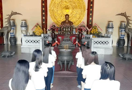 Nhiều bạn trẻ tới thắp hương Bác Hồ tại Văn Miếu Trấn Biên